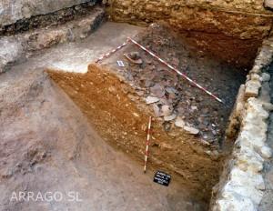 Estrat de rebliment del fossat de Sabadell amb abocades de terrissa defectuosa procedent d'un taller proper (s. XVIII).